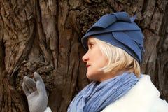 Fällige Frau, die Retro- geglaubten Hut trägt Stockfotos
