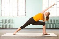 Fällige Frau, die Yoga ausübt Lizenzfreie Stockfotos