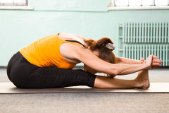 Fällige Frau, die Yoga ausübt Stockbild