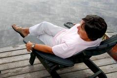 Fällige Frau entspannen sich Stockbild