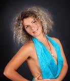 Fällige Frau gegen einen schwarzen Hintergrund. Stockfotos