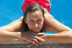 Fällige Frau im Swimmingpool Stockfotos