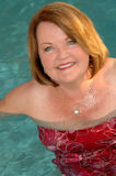 Fällige Frau im Swimmingpool stockbild