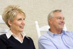 Fällige Frau mit Ehemann im Hintergrund Stockfotografie