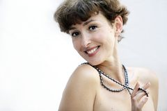 Fällige Frau mit einer Halskette Lizenzfreies Stockfoto