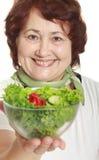 Fällige Frau mit frischem Salat Lizenzfreie Stockfotografie