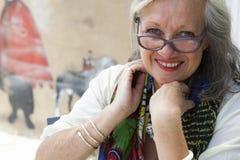 Fällige Frau mit Gläsern Lizenzfreies Stockbild