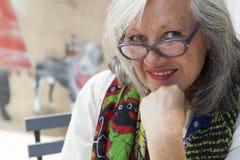 Fällige Frau mit Gläsern Stockbilder