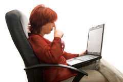 Fällige Frau mit Laptop Lizenzfreies Stockbild