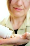 Fällige Frau mit Pillen Stockbilder