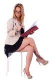 Fällige Frau, Sekretär gesetzt auf einer Bank, lesend stockbilder