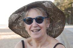 Fällige Frau am Strand Stockfotos