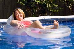 Fällige Frau am Swimmingpool. Lizenzfreie Stockfotos
