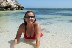 Fällige Frau am tropischen Strand stockfoto
