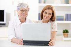 Fällige Frau und junge Tochter, die glücklich lächelt Lizenzfreies Stockbild