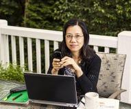 Fällige Frauen, die zu Hause Büro draußen bearbeiten Stockfoto