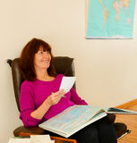 Fällige Frauenplanung ihre folgende Reise Lizenzfreies Stockfoto