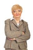Fällige Geschäftsfrau mit den Armen gefaltet Stockfotografie
