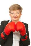 Fällige Geschäftsfrau mit Verpackenhandschuhen Stockbild