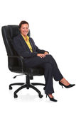 Fällige Geschäftsfrau saß im ledernen Stuhl   stockfotos