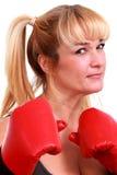 Fällige lustige Frau mit Verpackenhandschuhen Stockfoto