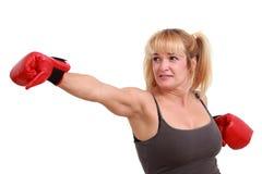 Fällige lustige Frau mit Verpackenhandschuhen Stockfotos