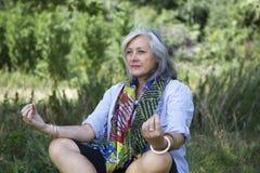 Fällige meditierende Frau Lizenzfreie Stockfotos