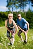 Fällige Paare, die draußen Sport tun stockbilder