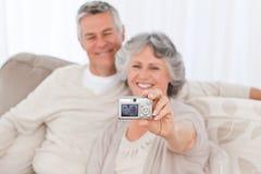 Fällige Paare, die ein Foto von selbst nehmen Stockbild