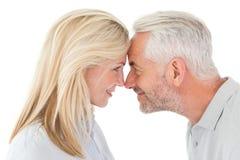 Fällige Paare, die einander betrachten Lizenzfreie Stockfotografie