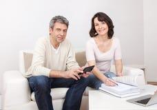 Fällige Paare, die Familienfinanzen tun Lizenzfreie Stockfotos