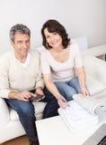 Fällige Paare, die Familienfinanzen tun Stockbild