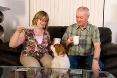 Fällige Paare, die Kaffee trinken. Stockbild