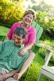 Fällige Paare, die sich draußen entspannen Stockbilder