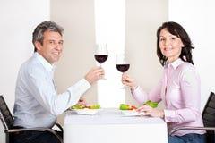 Fällige Paare, die zu Hause zu Mittag essen Lizenzfreie Stockfotografie
