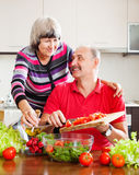 Fällige Paare, die zusammen kochen Lizenzfreie Stockbilder