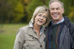 Fällige Paare draußen Lizenzfreie Stockfotografie