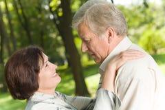 Fällige Paare draußen stockbilder