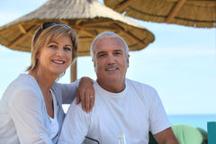 Fällige Paare am Feiertag Stockfotos