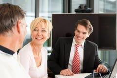 Fällige Paare mit Finanzberater lizenzfreie stockfotos