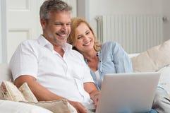 Fällige Paare mit Laptop lizenzfreie stockbilder