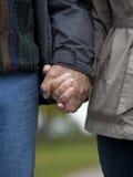 Fällige Paarholdinghände Lizenzfreie Stockfotos