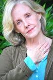 Fällige weibliche blonde Schönheit Stockfoto
