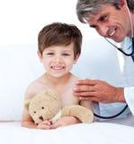 Fälliger Doktor, der Impuls des kleinen Jungen überprüft Lizenzfreies Stockfoto