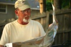Fälliger erwachsener Mann, der Karte betrachtet Lizenzfreies Stockbild