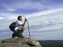 Fälliger erwachsener Wanderer, der die Ansicht einläßt Stockfotografie