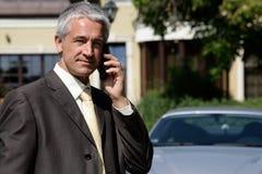 Fälliger Geschäftsmann auf Handy Stockbild