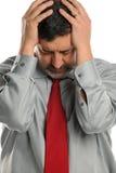 Fälliger Geschäftsmann betont und Holding sein Kopf Lizenzfreies Stockbild