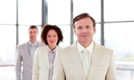 Fälliger Geschäftsmann, der ein Team führt Stockfoto