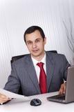 Fälliger Geschäftsmann, der im Büro arbeitet Lizenzfreie Stockfotografie